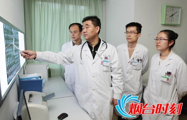 郑海涛主任(左二)与其医疗团队谈论患者病情