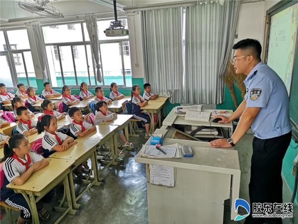新海阳小学交通安全知识讲座进校园1