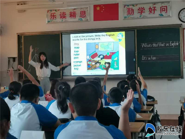 区教师进修学校的领导莅临港城中学开展新教师听