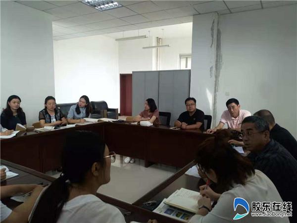 区教师进修学校的领导莅临港城中学开展新教师听2