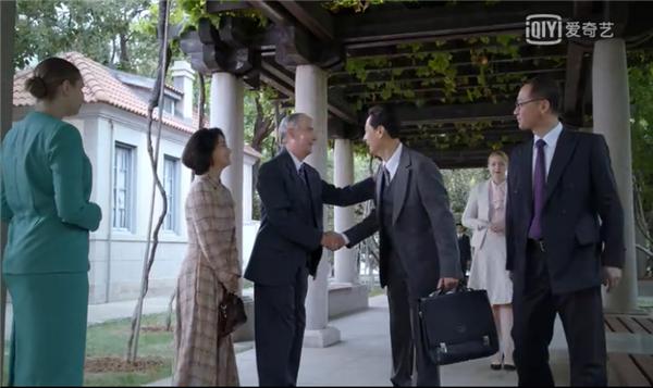 """1-司徒雷登欢迎黄华,取景于""""1892俱乐部""""的庭院"""