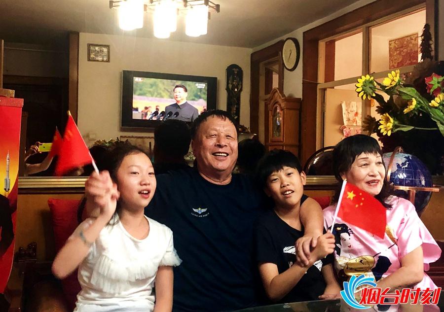 党员哈本厚家庭收看阅兵式