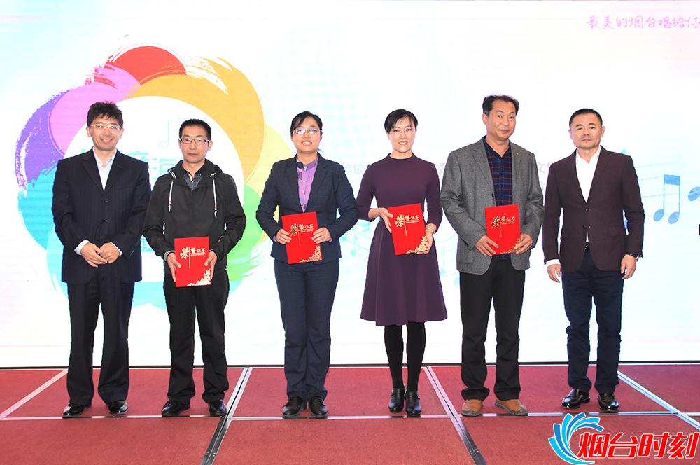 烟台文化馆馆长、烟台市音乐家协会主席解维力(右一)胶东在线网站总编辑刘镇(左一)为优秀奖获得者颁奖。