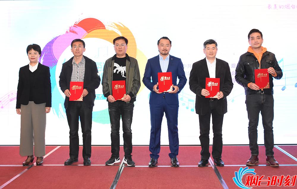 烟台市文化和旅游局副局长李玲(左一)为三等奖获得者颁奖。