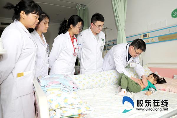 柳宏波(左五)在查房