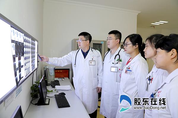 柳宏波(左一)团队分析患者病情