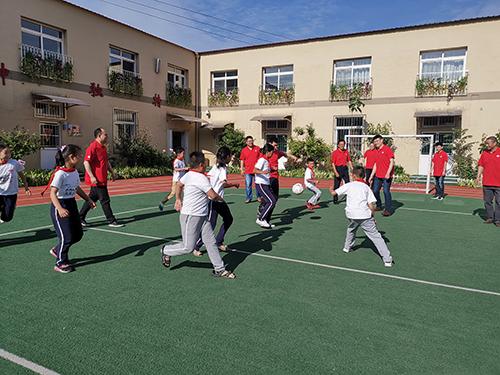福彩义工们和孩子来一场足球友谊赛 (2)