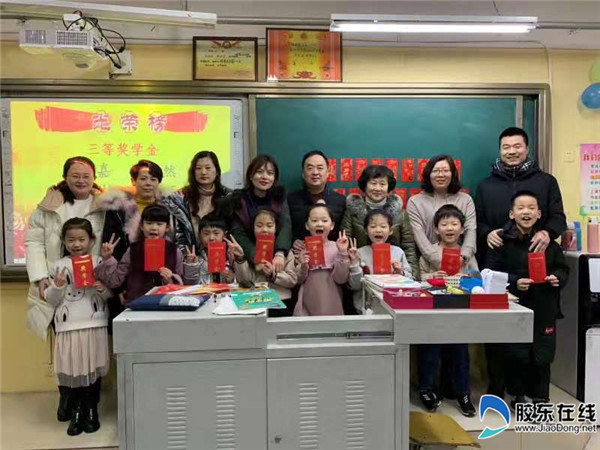 孩子们高兴地领取奖学金
