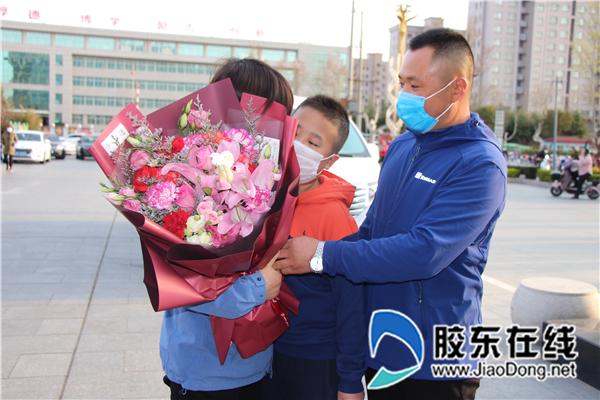 莱州中医医院重症医学科管护师王利娜与家人相见
