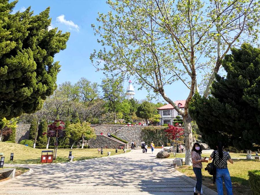 游客参观烟台山