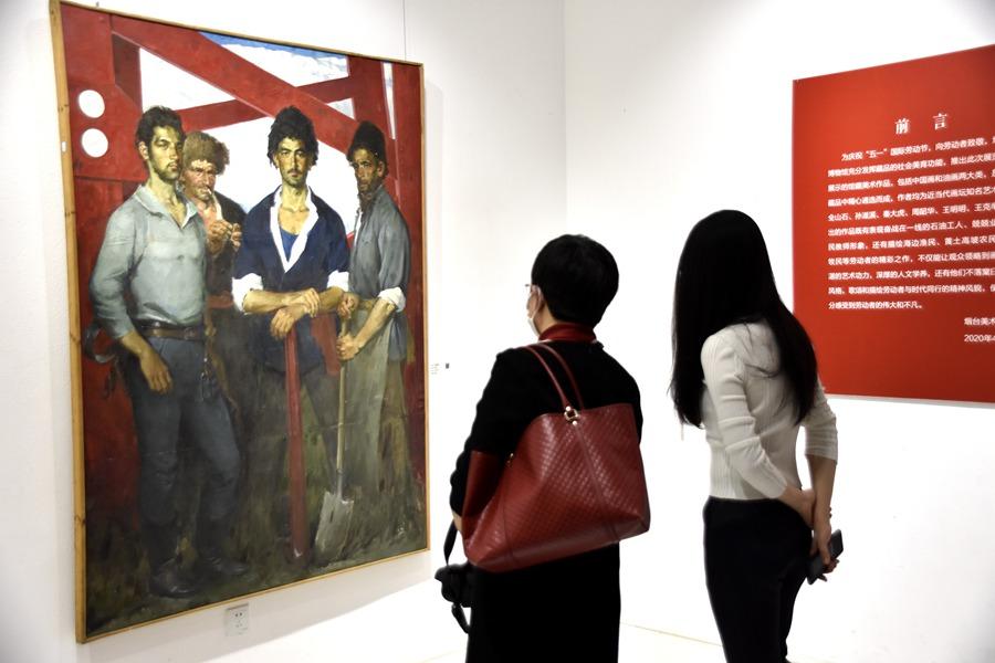 5月2日,在烟台美术博物馆展出的――与美同行・向劳动者致敬――馆藏美术作品中的劳动者风采收到市民群众的欢迎