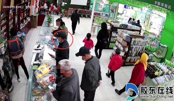 男子扒窃手机后还扫码购物