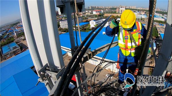 施工人员在40米铁塔进行安装工作