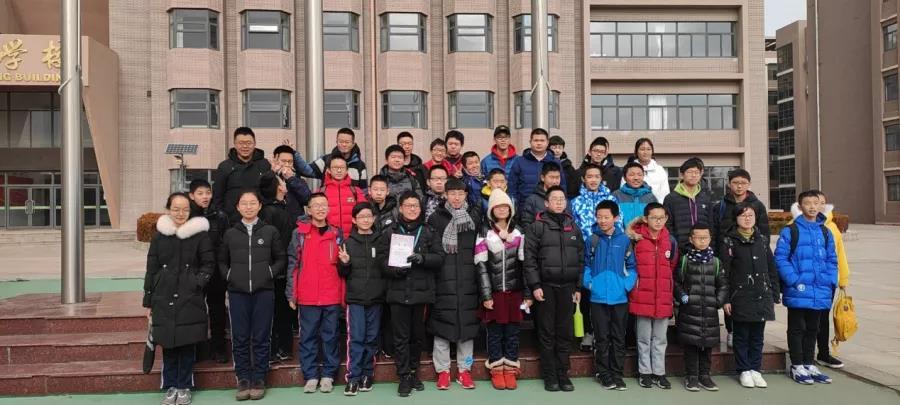 2019年寒假期间,金皓宇来校辅导初中信竞队员并合影留念