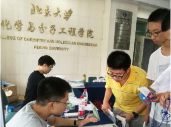 2015级一等奖获得者王翔宇和二等奖获得者刘瀛泽在北大参加暑期课堂