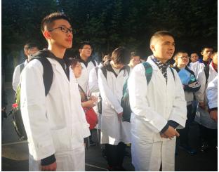高昀键(左)和杨皓程(右)在山东大学参加山东省化学奥赛省队选拔赛