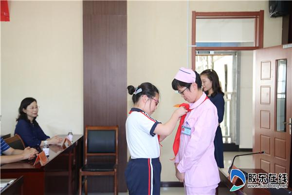 同学为杨静静系上红领巾