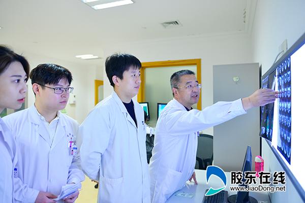 王升志主任(右一)团队讨论患者病情-(2)
