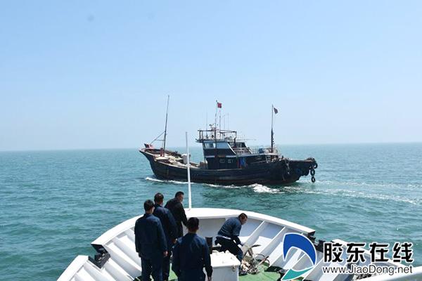 执法人员查处违规渔船