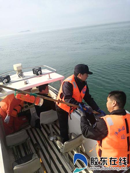 执法人员清除海上违规渔具
