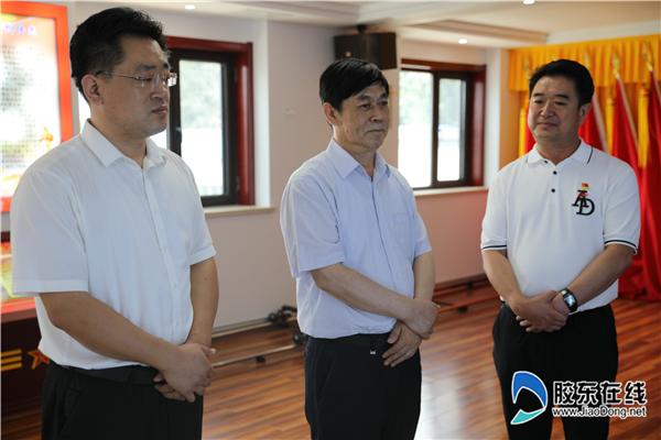 国家退役军人办事中心主任张培祥(中)一行在小红帽环卫公司参不雅观视察