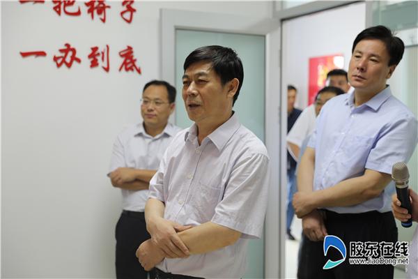 国家退役军人办事中心主任张培祥(左二)一行在莱山区退役军人办事中心参不雅观视察