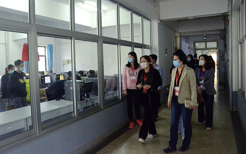 财政局副局长王金钟及考试督导组人员在烟台大学计算中心考点巡视
