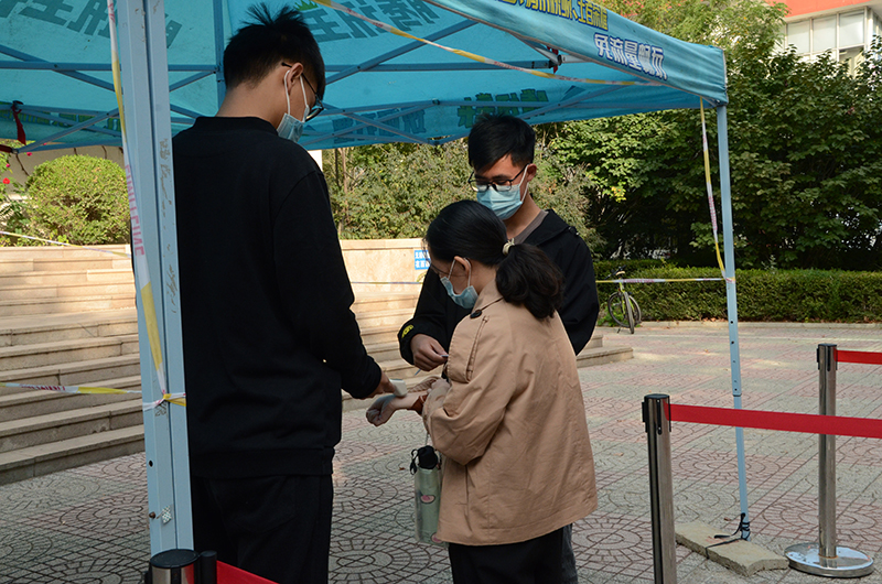 对学生进行体温检测