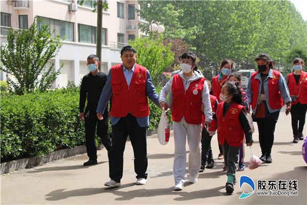 宋文章与爱心协会的志愿者走访慰问困难群众