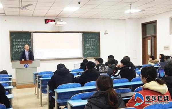 杨家德为学生上课