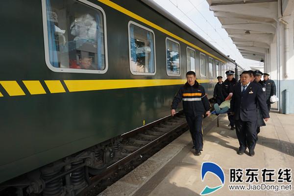 2019年1月,烟台桃村站工作人员用担架护送悦悦上车,助其成功回家过年