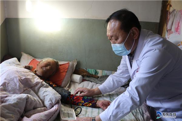 蓬莱区第二人民病院医疗队到大辛店镇大夺沟村贫困户家中义诊