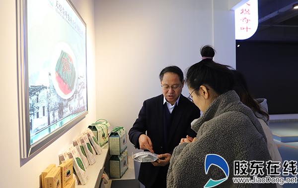 专家介绍柴泡茶研发、生产情况。