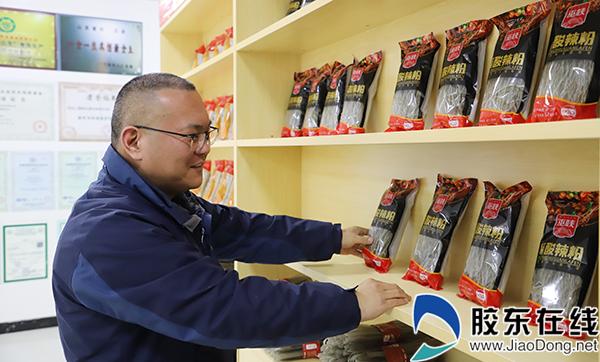 巫峡粉丝总经理董明坤介绍粉丝生产、销售情况。