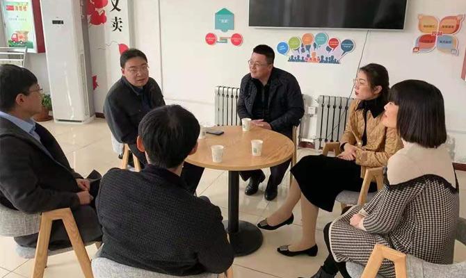 区委办、汉鑫科技等相关领导在社区召开现场座谈会