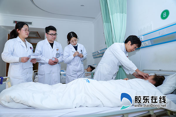 姜绍红(左四)团队对在查房