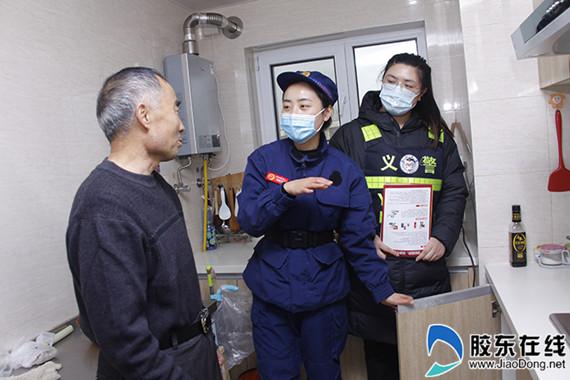 消防员走进居民家中协助查找隐患