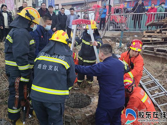 消防员架设救援三脚架