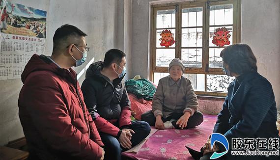 工作人员询问老人的生活状况