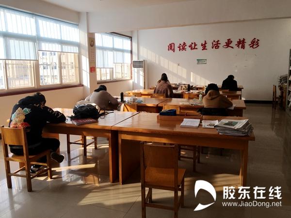 海阳文旅局图书馆馆内读者照片2