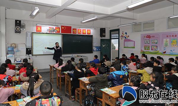 来自烟台的教师赵元芹正在为孩子们上课