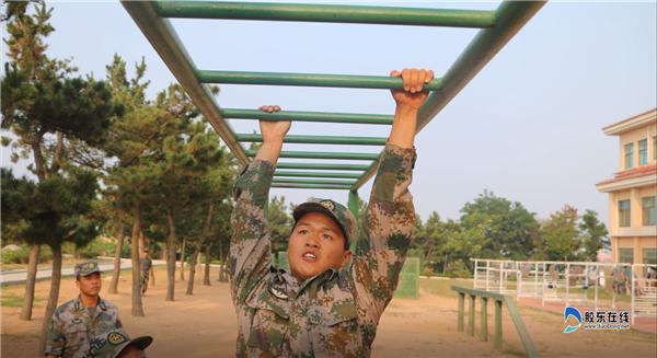 王淼在部队时训练场景