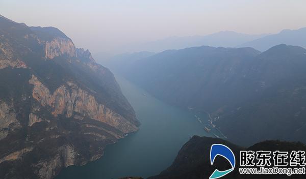 """经步道,登上飞凤峰顶,可观赏""""三线年轮""""景观,更可遥望神女峰,为景区添彩。"""