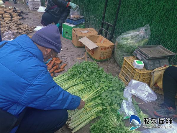 市民正在选购芹菜