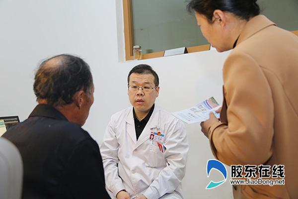 孙岩在询问患者病情