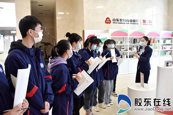 同学们跟随银行工作人员全面认识银行大厅布局以及日常运营流程2