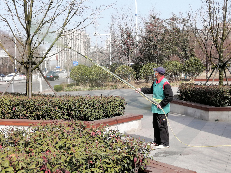 园林养护人员喷洒农药预防春季病虫害(图)