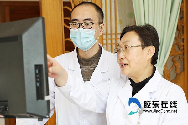 李华(右)与同事讨论患者病情
