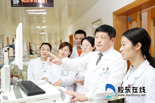 李冰(右二)团队在分析患者病情