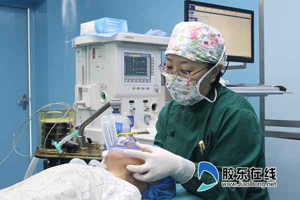 手术麻醉科主任王怀洲为儿童进行术前麻醉